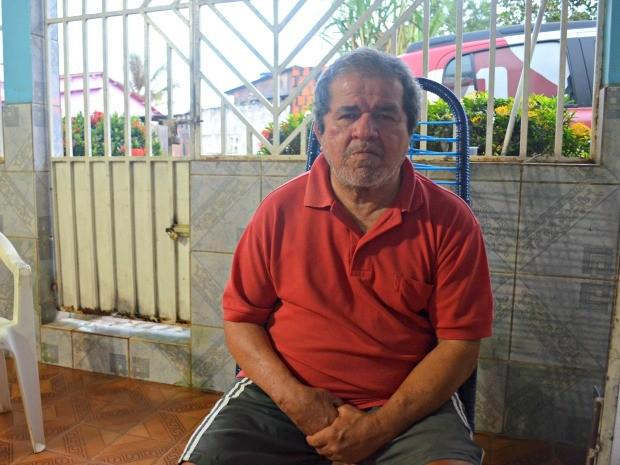 Egídio tem o lado esquerdo paralisado e dificuldade para falar  (Foto: Tácita Muniz/G1)