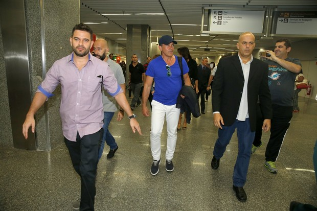 Antonio Banderas desembarca no Galeão (Foto: Delson Silva dos Santos)