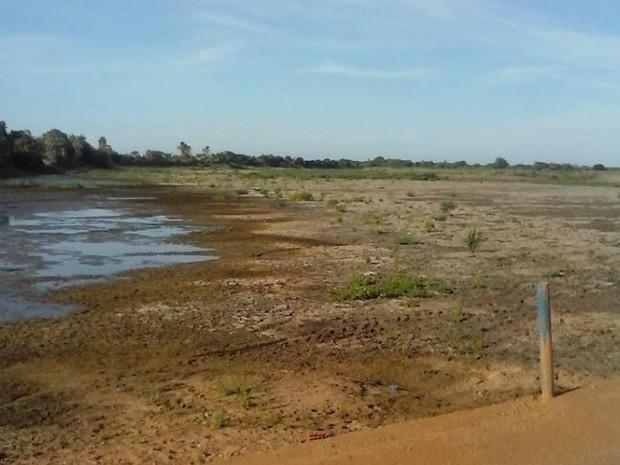 Açude de Jaguaruana está completamente seco e falha em obra de adutora deixa moradores da cidade sem água nas torneiras (Foto: Manoel Martins/Jaguaruana Verdade)