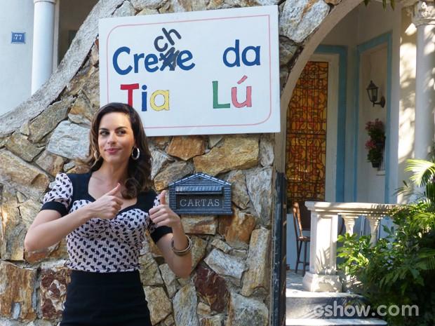 Luciana convida pedestres a conhecerem a Creche da Tia Lu (Foto: Malhação / TV Globo)