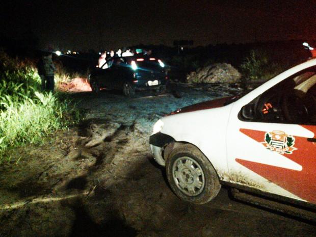 Corpo foi localizado em uma vala, às margens da Rodovia Padre Manoel da Nóbrega (Foto: Alexandre Valdivia/TV Tribuna)