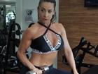 Scheila Carvalho exibe boa forma com top decotado e barriga à mostra