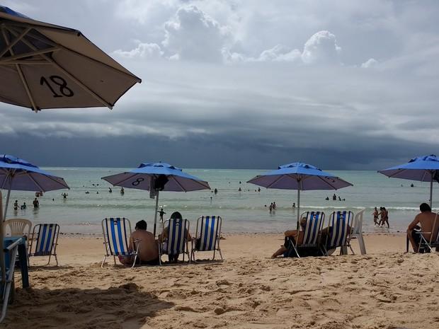 Tempo nublado na Praia do Bessa, em João Pessoa (Foto: Krystine Carneiro/G1)