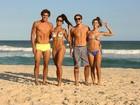 Aline Riscado e Felipe Roque exibem tanquinhos em dia de praia no Rio