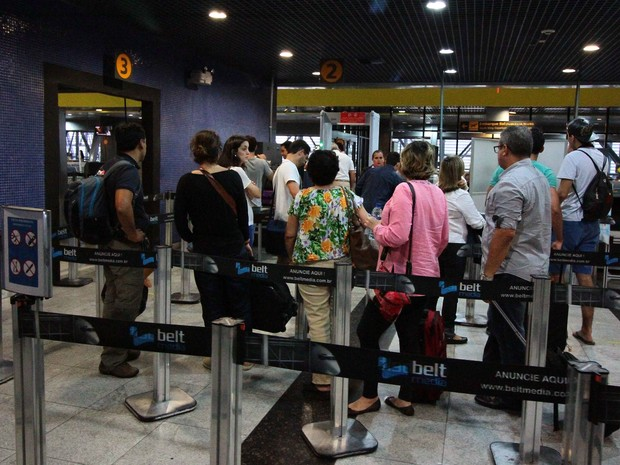 Fila no Aeroporto Internacional do Recife (Foto: Marlon Costa Lisboa/Pernambuco Press)