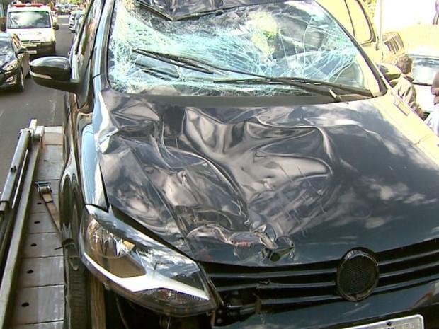 Frente do carro do estudante de medicina ficou destruída após atropelamento em Ribeirão Preto, SP (Foto: Reprodução/EPTV)