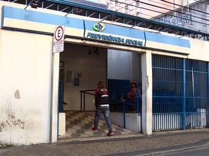 Segurado entra na agência de perícias do INSS em Campinas (Foto: Reprodução EPTV)