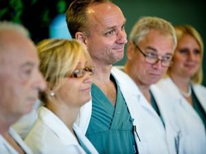 Em foto de arquivo, especialistas Andreas Tzakis, Pernilla Dahm-Kahler, Mats Brannstrom, Michael Olausson e Liza Johannesson participam de coletiva de imprensa em Gotemburgo, sobre técnica de transplante de útero (Foto: AP Photo/Adam Ihse)