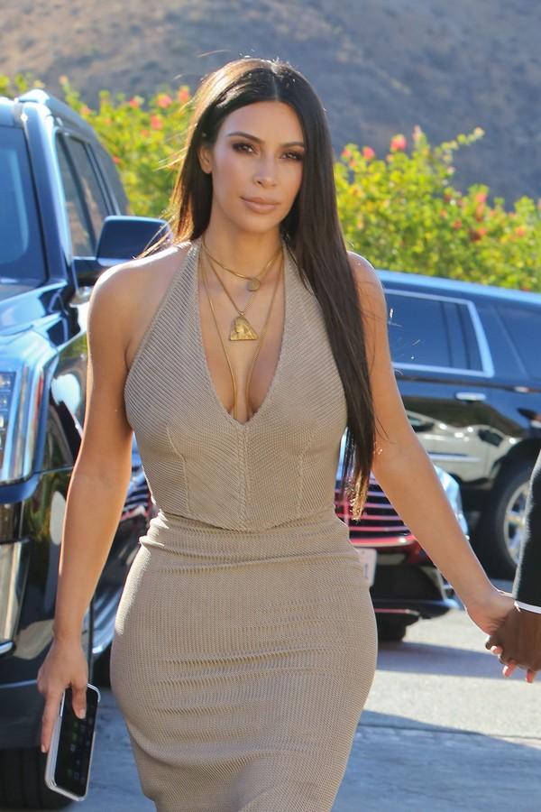 Look do dia: Kim Kardashian usa vestido nude colado com decote farto