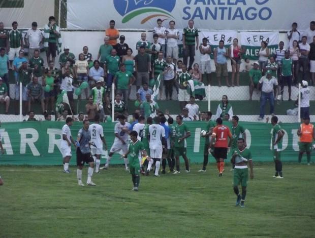 Confusão entre jogadores de Alecrim e Santa Cruz-RN (Foto: Tiago Menezes)