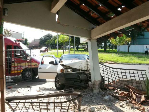 Estrutura atingida ficou abalada (Foto: Divulgação/Corpo de Bombeiros)
