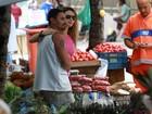 Rita Guedes é tietada em feira livre no Rio de Janeiro
