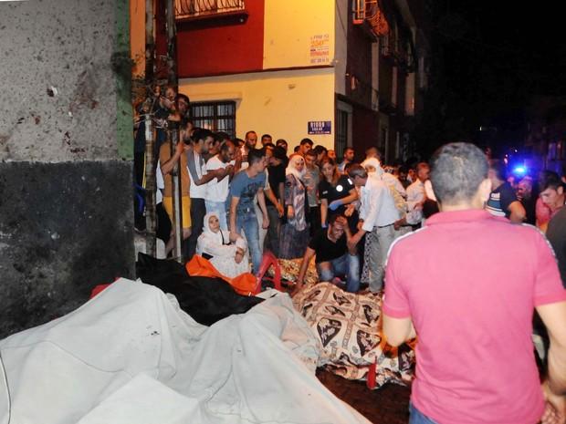 Corpos de vítimas são cobertos após explosão em Gaziantep, na Turquia (Foto: Eyyup Burun/DHA via AP)