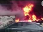 Incêndio em terreno com pneus fecha rua em Jacarepaguá, no Rio