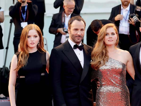 A fashionista Ellie Bamber, Tom Ford e a atriz Amy Adams no Festival de Veneza (Foto:   )
