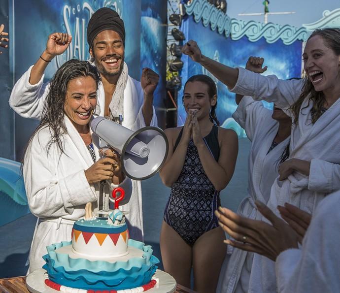Scheila Carvalho ganha bolo nos bastidores do 'Saltibum' (Foto: Artur Meninea / Gshow)