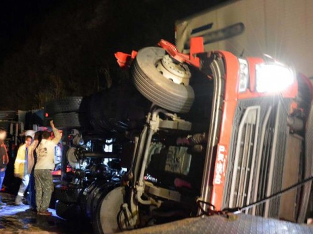 Motorista perdeu o controle na curva e invadiu a pista contrária atingindo outro caminhão. (Foto: Julio Cabral/O Vigilante Online)