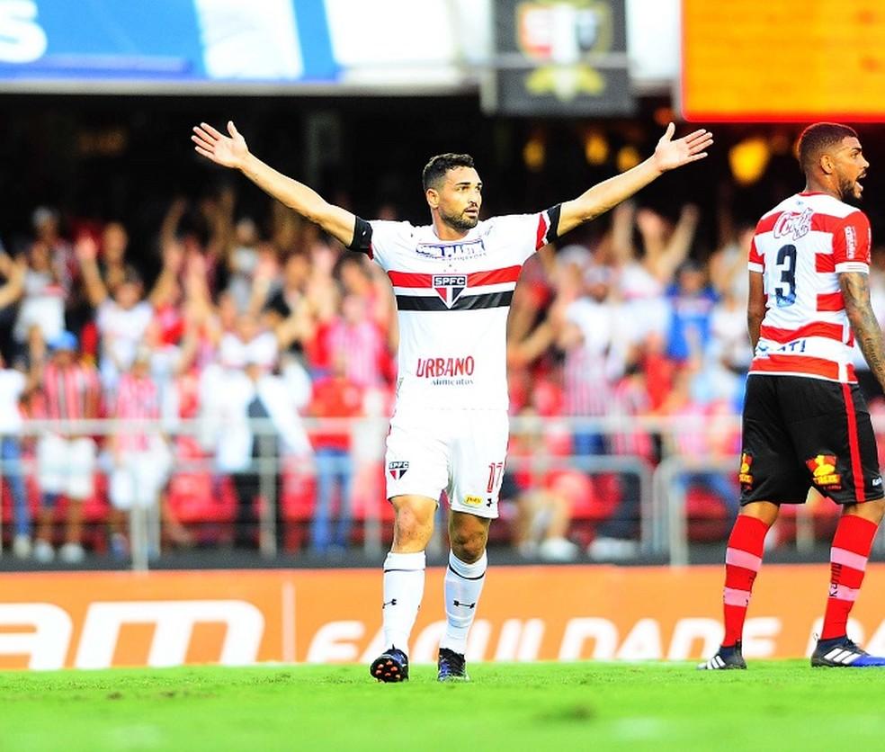 Gilberto festeja um dos gols que marcou contra o Linense (Foto: Marcos Ribolli)