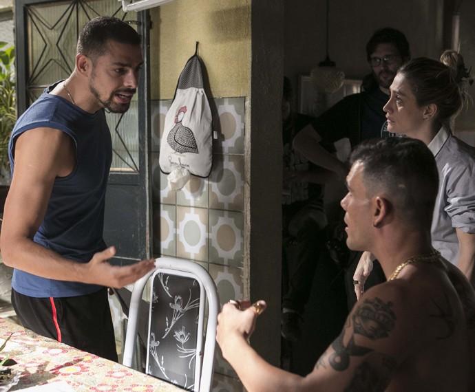 Cauã Reymond e Juliano Cazarré são dirigidos por Amora. Os personagens são muito amigos e parceiros do Morro da Macaca (Foto: Inácio Moraes/ Gshow)