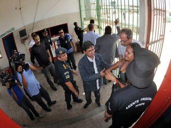 Momento em que uma das visitantes mantida refém deixa o presídio de Nossa Senhora da Glória (SE) (Foto: Divulgação/Allan de Carvalho/SSP-SE)