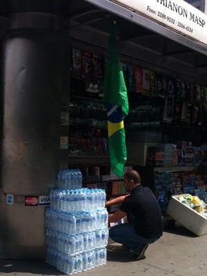 Banca de jornal na Avenida Paulista, com estoque de garrafas de água e apitos. O kit protesto custa R$ 5 (Foto: Thaís Lazzeri)