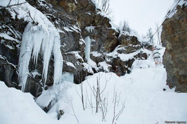 Nesta ladeira congelada fica a saída das grutas  (Foto: Monami Agency)