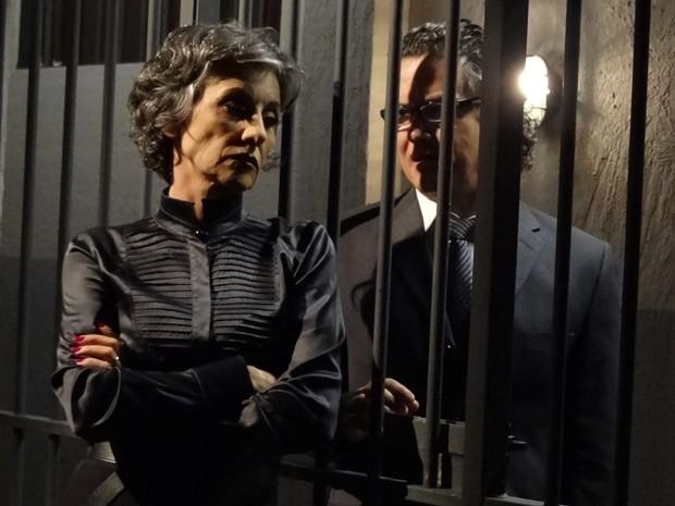 Melissa tenta de tudo para sair da cadeia (Foto: Amor Eterno Amor/TV Globo)