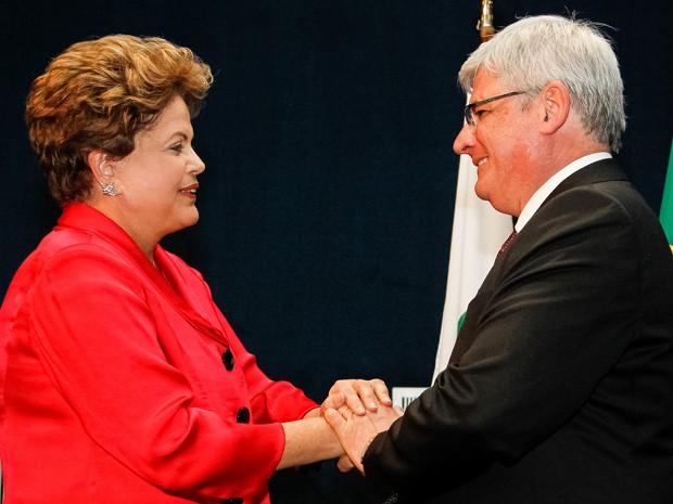 Dilma Rousseff cumprimenta Rodrigo Janot durante cerimônia de posse de seu primeiro mandato à frente da PGR, sem setembro de 2013 (Foto: Roberto Stuckert Filho/PR)
