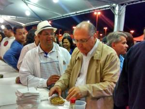 Geraldo Alckmin experimenta um tempurá de legumes durante visita na Expo Mogi, em Mogi das Cruzes (Foto: Jamile Santana/G1)