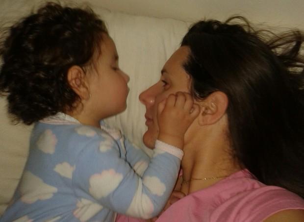 Olívia falou com a mão no telefone por alguns minutos quando completou 3 anos, há um mês (Foto: Arquivo pessoal/ Marina de Menezes)