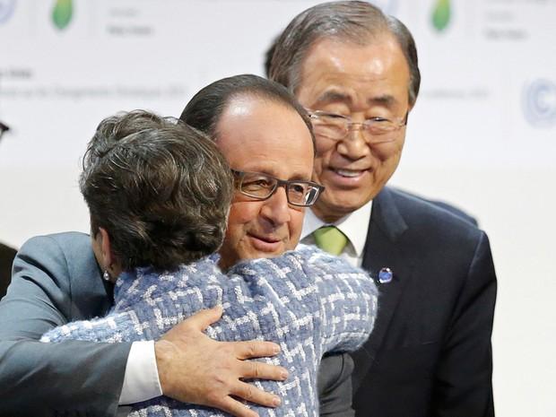 Presidente da França, François Hollande, abraça Christiana Figueres, secretária-executiva da da convenção sobre mudanças climáticas depois de aprovação de acordo do clima  (Foto: Reuters/Stephane Mahe)