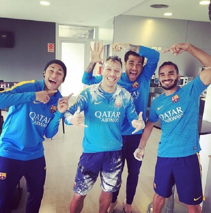 BLOG: Neymar, Daniel Alves e Douglas jogam farinha no aniversariante Adriano