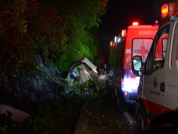 Trinta e uma viaturas do Corpo de Bombeiros do Alto Tietê trabalharam no resgate das vítimas na Mogi-Bertioga (Foto: Jamile Santana/G1)