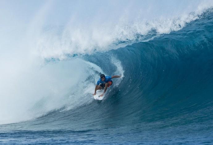 Jeremy surfou surfou a etapa de Teahupoo no Taiti de capacete para proteger coágulo no cérebro após lesão na Indonésia (Foto: Divulgação/WSL)