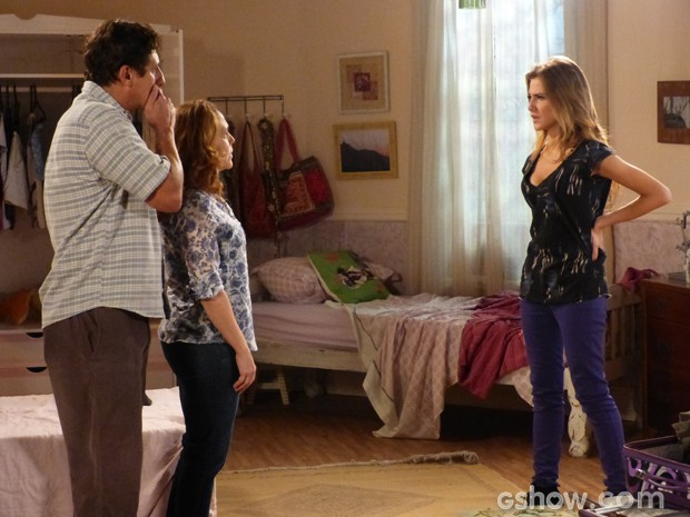 Sofia diz que se sente uma estranha na família (Foto: Malhação/ TV Globo)