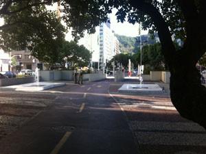 Ciclovia na Avenida Princesa Isabel, em Copacabana, é fiscalizada por agentes da Guarda Municipal. (Foto: Mariucha Machado/G1)