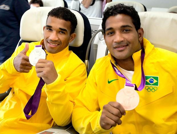 Yamaguchi Falcão e Esquiva Falcão na volta ao Brasil (Foto: AFP)
