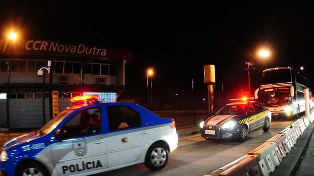 Ônibus do Palmeiras na Via Dutra (Foto: Marcos Ribolli / Globoesporte.com)