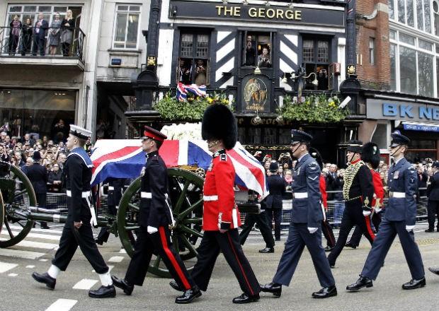 Cortejo fúnebre da ex-primeira-ministra britânica Margaret Thatcher passa por algumas das principais ruas de Londres (Foto: Matt Dunham/AP)