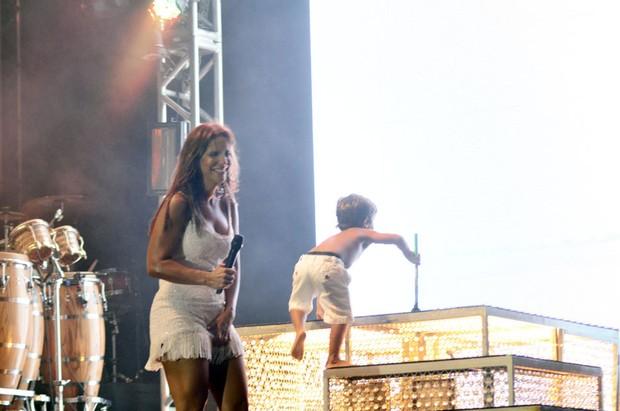 Marcelo, filho de Ivete Sangalo, divide o palco com a cantora durante show (Foto: Saulo Brandão / Divulgação)
