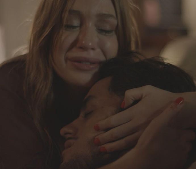 Eliza fica desesperada ao ver que Jonatas foi esfaqueado (Foto: TV Globo)