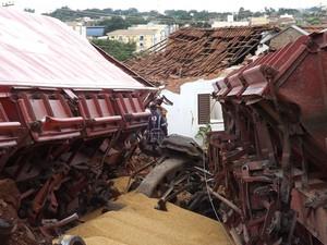 Pelo menos duas casas foram atingidas pelos vagões no acidente em Rio Preto (Foto: Marcos Lavezo/G1)
