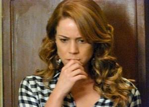 Cris fica chocada com revelações da tia (Foto: Gshow)
