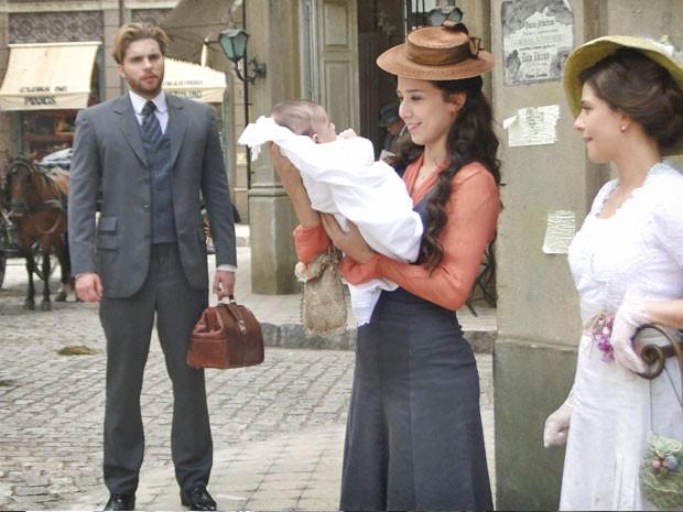 Edgar se emociona ao ver Laura com o bebê (Foto: Lado a Lado/TV Globo)
