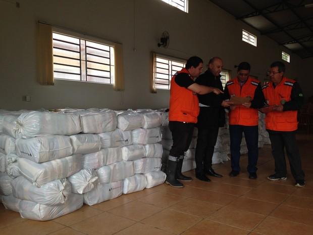 Cerca de 600 kits de ajuda humanitária foram entregues em Itaqui, RS (Foto: Estêvão Pires/G1)