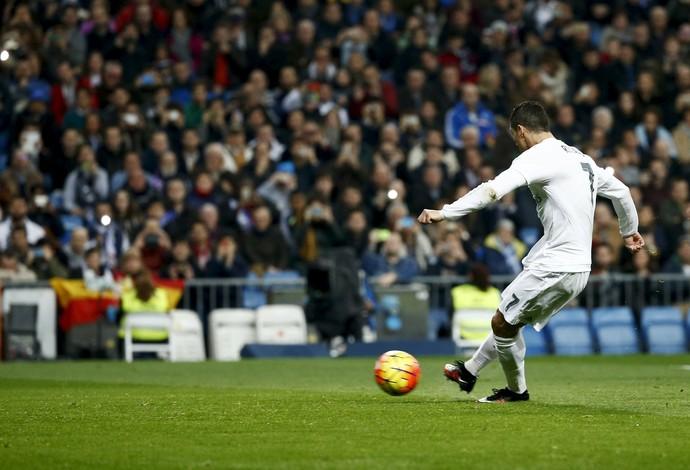 Pênalti Cristiano Ronaldo - Real Madrid x Espanyol (Foto: Reuters)