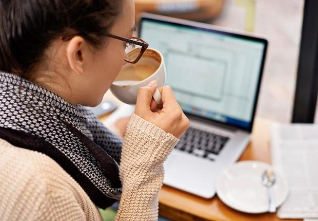 Mulher lê e-mails ; computador ; carreira ; laptop ; trabalhar em casa ;  (Foto: Shutterstock)