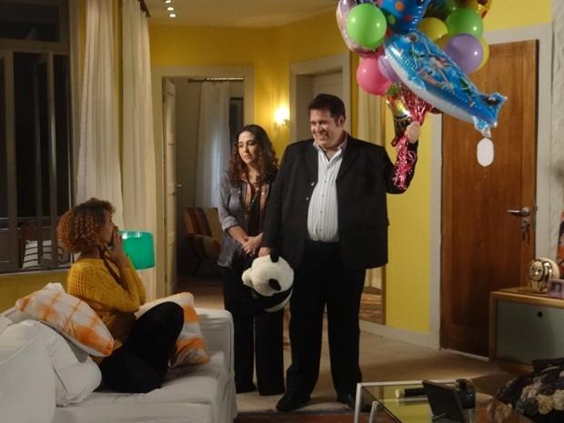 Surpresa! Barata leva muitos presentes para o bebê de Verônica e diz assume o filho (Foto: Geração Brasil/TV Globo)