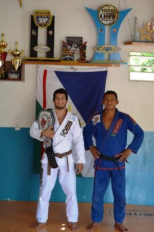 Lucas Daniel ostentando o cinturão do Five Grappling, com o irmão e primiero professor, André Fabiano, que vai acompanhar o atleta na luta da Copa Pódio (Foto: Thiago J Cabral)