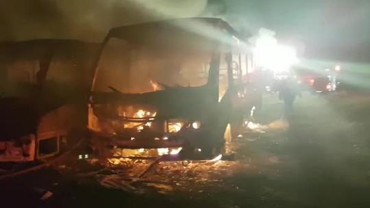 Polícia investiga incêndio em garagem de ônibus no DF; veja vídeo